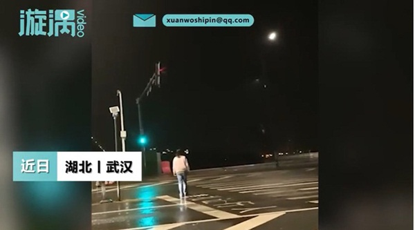 Đêm khuya thanh vắng được hành khách boa sộp, tài xế taxi bỗng có dự cảm lạ nên đi theo, chẳng ngờ chứng kiến cảnh tượng gây sốc-2