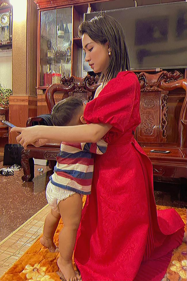 Vừa đi về chưa kịp thay váy áo, Hòa Minzy đã bị con trai vạch ra đòi ti, nuôi con bằng sữa mẹ nhưng nữ ca sĩ lại gây tranh cãi vì 1 điều-1