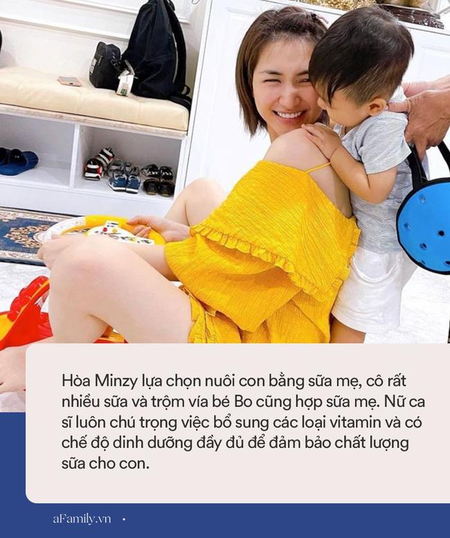 Vừa đi về chưa kịp thay váy áo, Hòa Minzy đã bị con trai vạch ra đòi ti, nuôi con bằng sữa mẹ nhưng nữ ca sĩ lại gây tranh cãi vì 1 điều-4