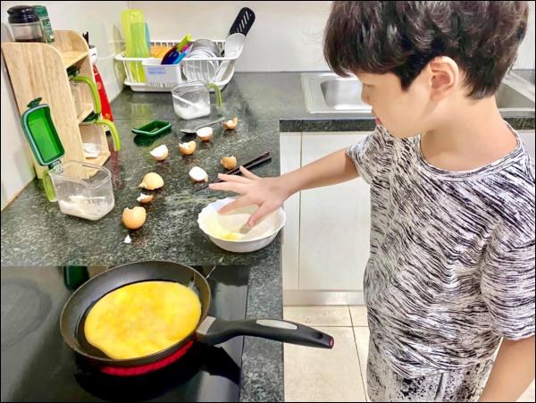 Hiếm khi vào bếp nhưng tài nấu ăn củaĐan Lê thật đáng nể: Làm gà xào phô mai Hàn Quốc nhìn thôi đã mê!-4