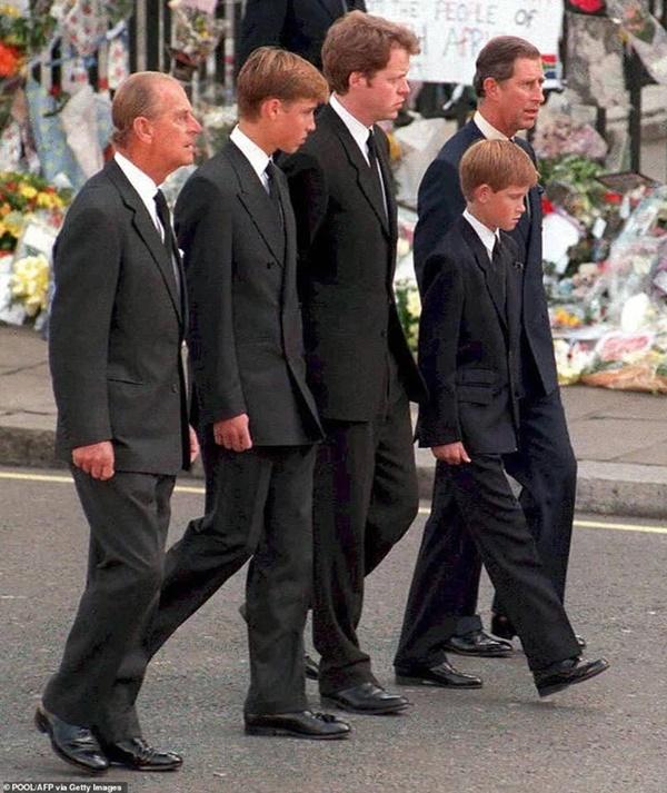 Cung điện hoàng gia xác nhận Harry trở về Anh còn Meghan thì không, lần đầu sau rạn nứt, hai Hoàng tử sẽ sát cánh bên nhau tại lễ tang ông nội-3