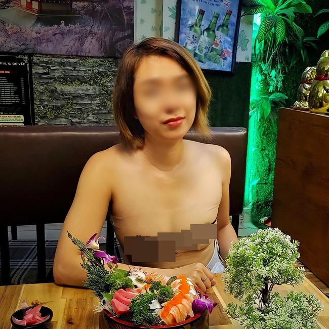 Người phụ nữ ở Sài Gòn từng gây bão vì để ngực trần đưa gia đình đi khắp nơi tiếp tục bị chỉ trích vì mặc áo màu da lộ rõ vòng 1 đi ăn hàng-2
