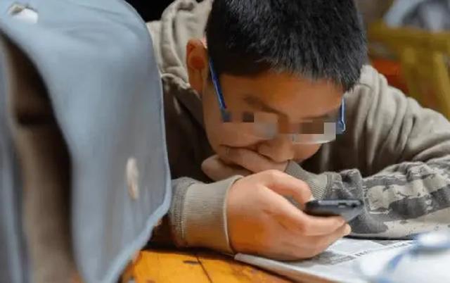 3 dấu hiệu trên ĐTDĐ cho thấy con bạn đang lén lút xem trang web xấu, bố mẹ cần biết để kịp thời hướng dẫn trẻ-4