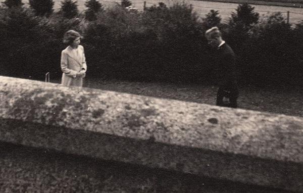Bức ảnh Một lần gặp gỡ, trọn đời bên nhau của Nữ hoàng Anh và Hoàng tế Philip được lan truyền trên mạng, chỉ một ánh mắt đã nói lên tất cả-1