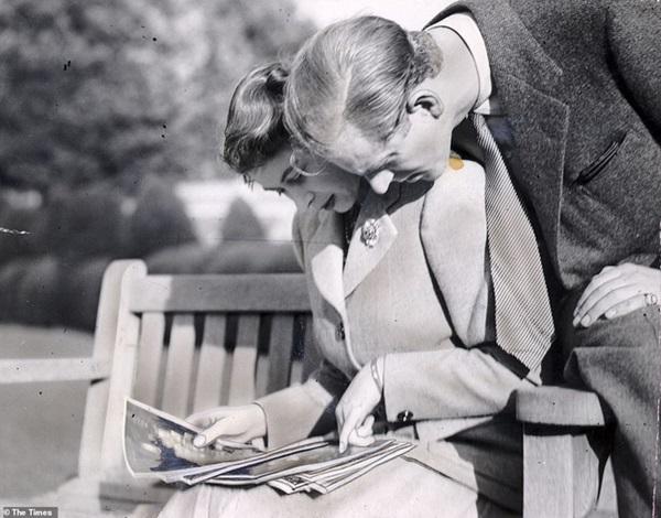 Bức ảnh Một lần gặp gỡ, trọn đời bên nhau của Nữ hoàng Anh và Hoàng tế Philip được lan truyền trên mạng, chỉ một ánh mắt đã nói lên tất cả-2