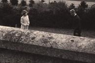 Bức ảnh 'Một lần gặp gỡ, trọn đời bên nhau' của Nữ hoàng Anh và Hoàng tế Philip được lan truyền trên mạng, chỉ một ánh mắt đã nói lên tất cả