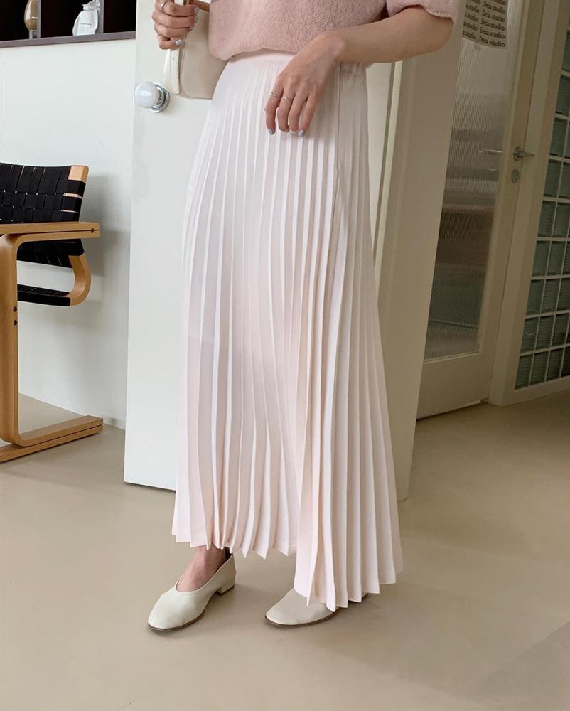 Hè đến chăm diện váy vóc nhưng lười đi giày cao gót thì bạn cứ mix cùng 4 kiểu giày bệt này là chuẩn đẹp-7