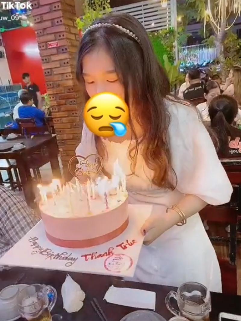 Clip: Cô gái đang thổi bánh kem thì lửa bén vào tóc rồi bùng cháy, sinh nhật năm nay có mùi... hơi khét-1