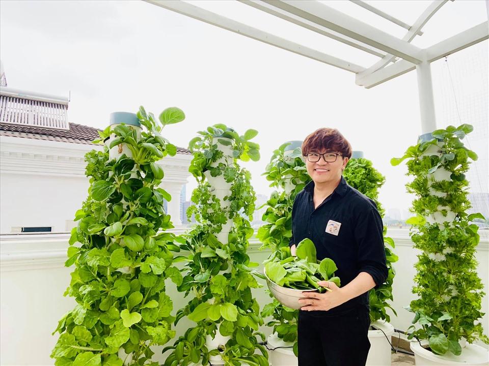 MC Đại Nghĩa chia sẻ bí quyết trồng rau thủy canh trên sân thượng đúng cách-1