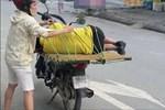 Người đàn ông gây sốt khi dùng xe máy để 'tát nước' ra khỏi nhà-1