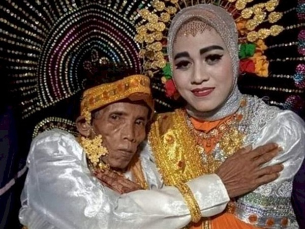 Cầu hôn người mẹ nhưng bị từ chối vì già và xấu, ông lão cưới luôn con gái 19 tuổi của crush-2