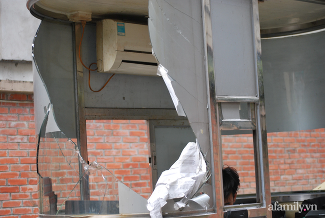 Hà Nội: Cục bê tông rơi từ tòa nhà đang xây dựng phang vỡ bốt bảo vệ khu chung cư bên cạnh, suýt trúng đầu cư dân-5