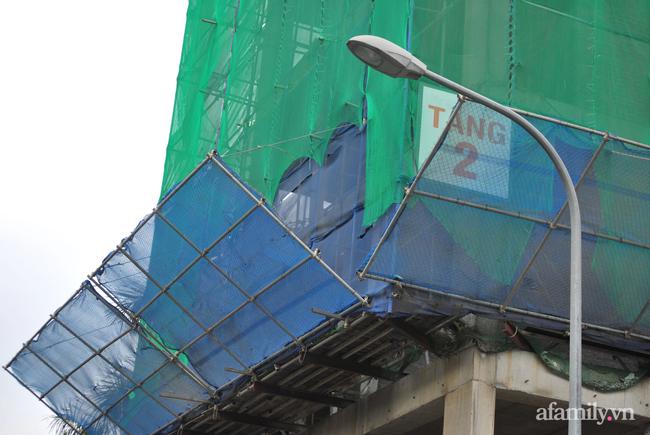 Hà Nội: Cục bê tông rơi từ tòa nhà đang xây dựng phang vỡ bốt bảo vệ khu chung cư bên cạnh, suýt trúng đầu cư dân-3