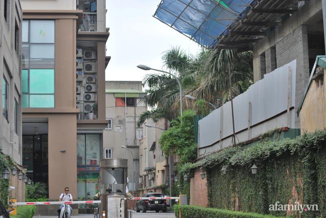 Hà Nội: Cục bê tông rơi từ tòa nhà đang xây dựng phang vỡ bốt bảo vệ khu chung cư bên cạnh, suýt trúng đầu cư dân-2