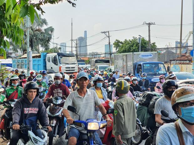 TP.HCM: Xe container tông nát ô tô 7 chỗ, hàng nghìn phương tiện đứng chôn chân nhiều giờ vì ùn tắc-3
