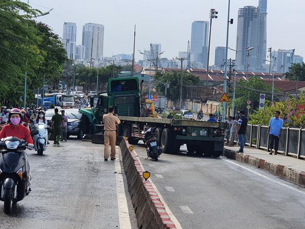 TP.HCM: Xe container tông nát ô tô 7 chỗ, hàng nghìn phương tiện đứng chôn chân nhiều giờ vì ùn tắc-1