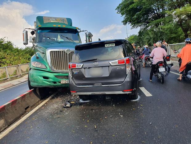 TP.HCM: Xe container tông nát ô tô 7 chỗ, hàng nghìn phương tiện đứng chôn chân nhiều giờ vì ùn tắc-2