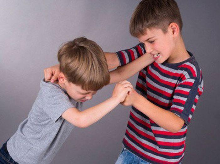Con trai liên tục bị bạn cùng lớp bắt nạt, người cha tung chiêu độc giúp cậu bé lật ngược tình thế-1