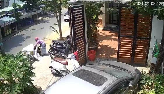 Thấy cửa nhà bị 1 chiếc xe máy chắn ngang, cô gái đã có pha xử lý khiến dân mạng tranh cãi gay gắt để dắt xe mình vào-1