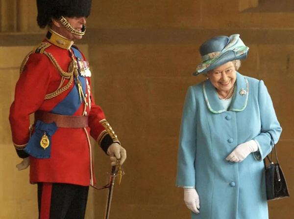 Bức hình Nữ hoàng Anh cười khúc khích với Hoàng tế Philip đang gây bão MXH cùng câu chuyện ngỡ ngàng phía sau-1