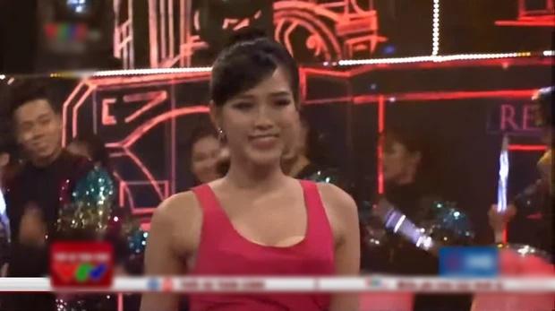 Đỗ Thị Hà lộ miếng dán ngực kém duyên trên sóng truyền hình-4