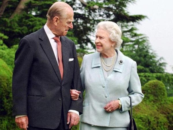 """Con dâu xúc động chia sẻ về giây phút Hoàng thân Philip trút hơi thở cuối cùng, Nữ hoàng Anh lần đầu thừa nhận nỗi đau mất đi bạn đời 73 năm""""-1"""