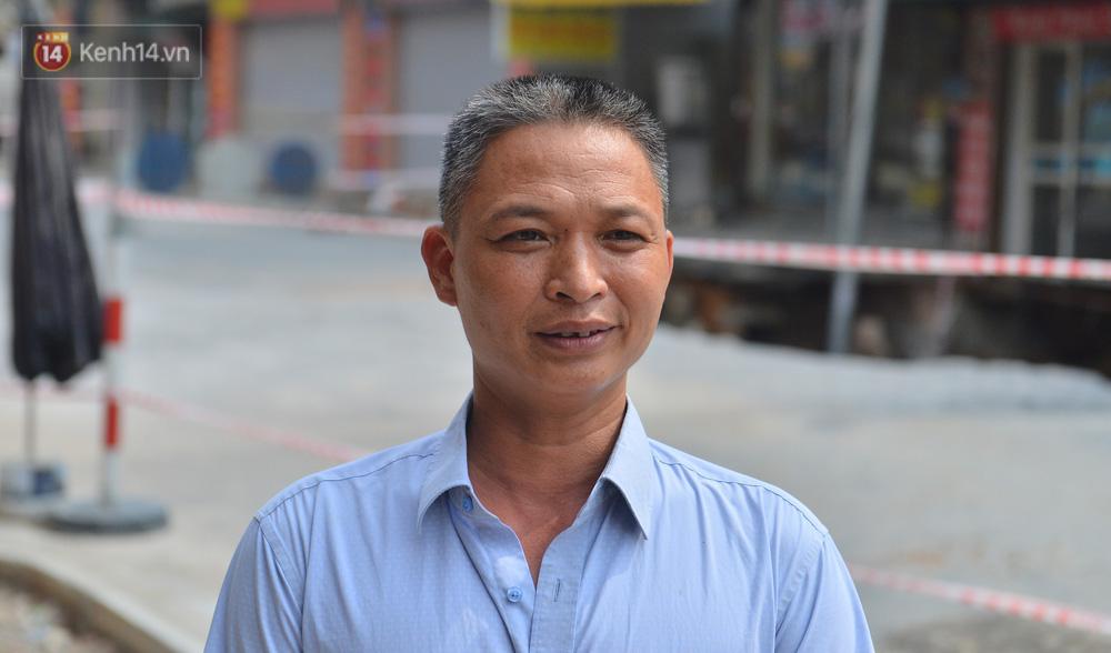 Cuộc sống đảo lộn sau 1 tuần xuất hiện hố tử thần ở Hà Nội: Công việc làm ăn bị đình trệ, con cháu phải mang đi gửi-2