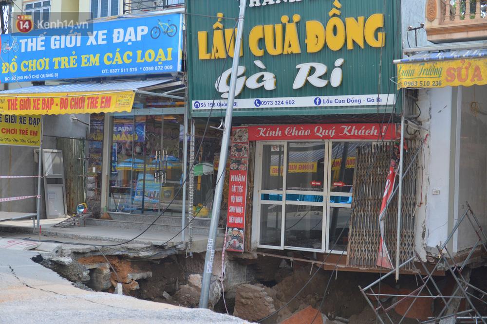 Cuộc sống đảo lộn sau 1 tuần xuất hiện hố tử thần ở Hà Nội: Công việc làm ăn bị đình trệ, con cháu phải mang đi gửi-4