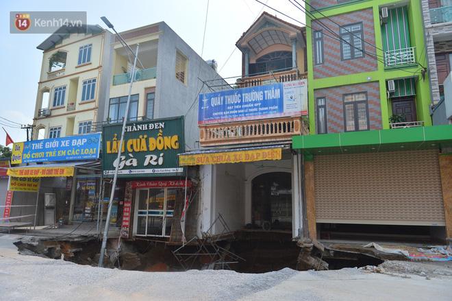 Cuộc sống đảo lộn sau 1 tuần xuất hiện hố tử thần ở Hà Nội: Công việc làm ăn bị đình trệ, con cháu phải mang đi gửi-6