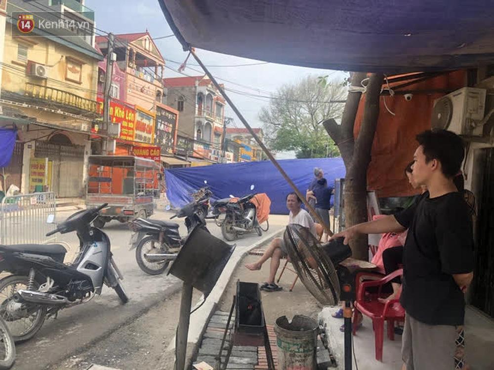 Cuộc sống đảo lộn sau 1 tuần xuất hiện hố tử thần ở Hà Nội: Công việc làm ăn bị đình trệ, con cháu phải mang đi gửi-13