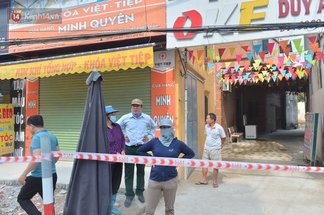 Cuộc sống đảo lộn sau 1 tuần xuất hiện hố tử thần ở Hà Nội: Công việc làm ăn bị đình trệ, con cháu phải mang đi gửi-14