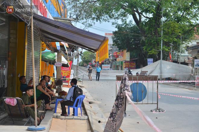 Cuộc sống đảo lộn sau 1 tuần xuất hiện hố tử thần ở Hà Nội: Công việc làm ăn bị đình trệ, con cháu phải mang đi gửi-15