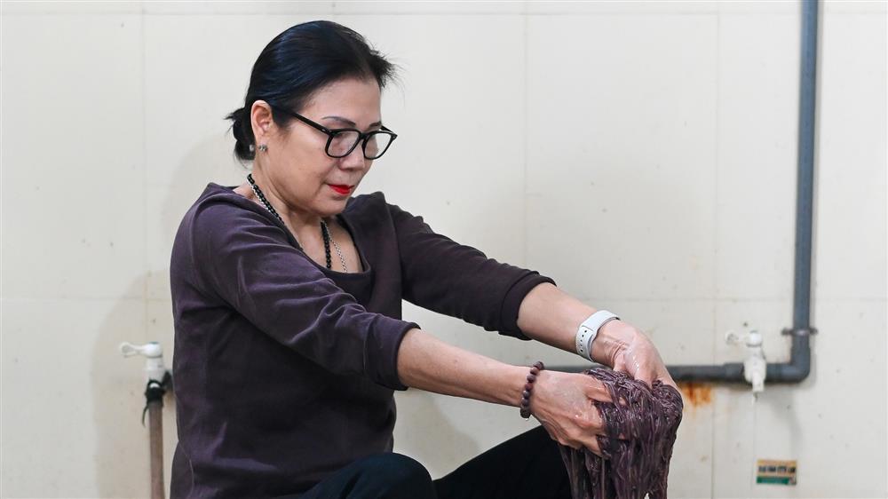 Nữ thiếu tá về hưu nuôi giun quế thu gần 6 tỷ mỗi năm-5