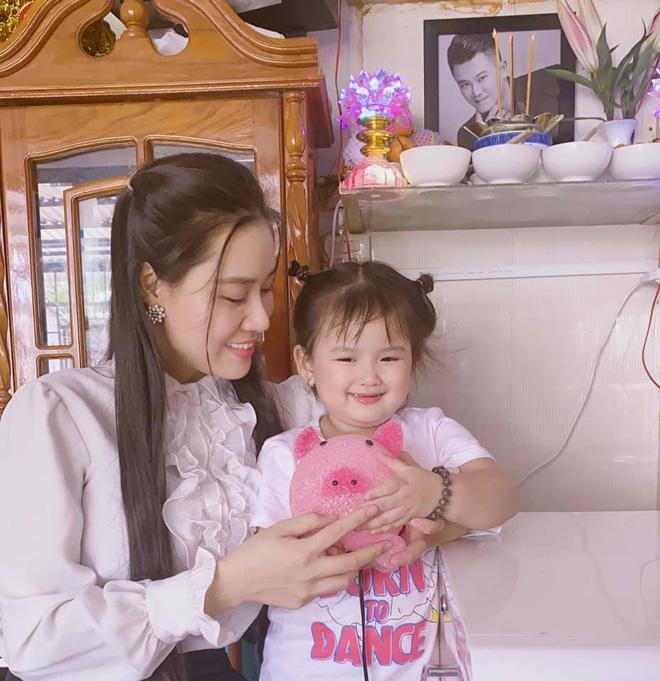 Con gái nhỏ ôm kỉ vật của Vân Quang Long, vợ 2 cầu xin một nữ ca sĩ thực hiện điều này-3