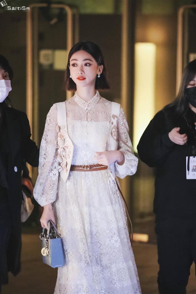 Dự show Dior, Ngô Cẩn Ngôn lấn át từ con dâu sòng bài Macau tới Chương Tử Di nhờ mái tóc ngắn kiêu kỳ và style thăng hạng-2