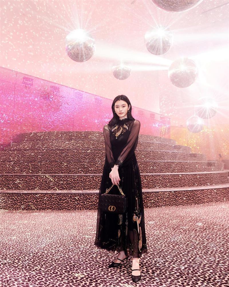 Dự show Dior, Ngô Cẩn Ngôn lấn át từ con dâu sòng bài Macau tới Chương Tử Di nhờ mái tóc ngắn kiêu kỳ và style thăng hạng-10
