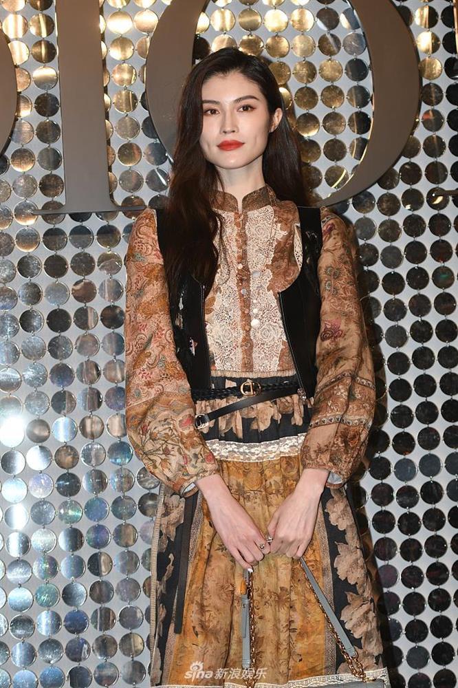 Dự show Dior, Ngô Cẩn Ngôn lấn át từ con dâu sòng bài Macau tới Chương Tử Di nhờ mái tóc ngắn kiêu kỳ và style thăng hạng-11
