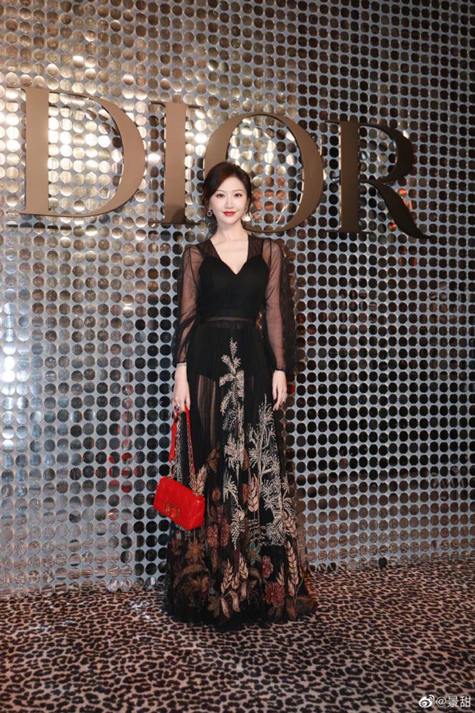 Dự show Dior, Ngô Cẩn Ngôn lấn át từ con dâu sòng bài Macau tới Chương Tử Di nhờ mái tóc ngắn kiêu kỳ và style thăng hạng-7