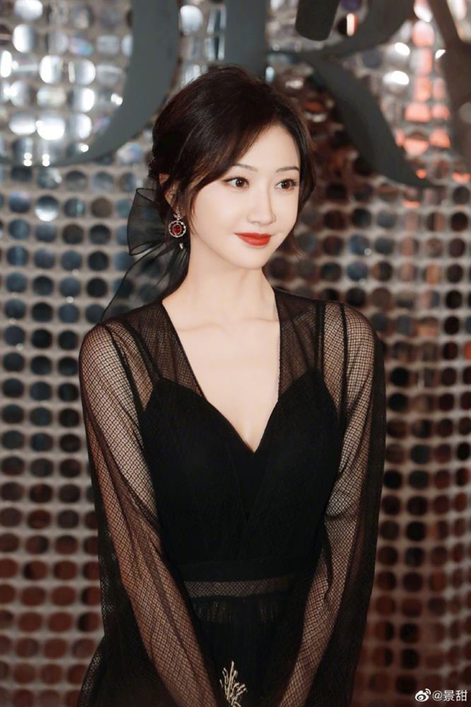 Dự show Dior, Ngô Cẩn Ngôn lấn át từ con dâu sòng bài Macau tới Chương Tử Di nhờ mái tóc ngắn kiêu kỳ và style thăng hạng-8