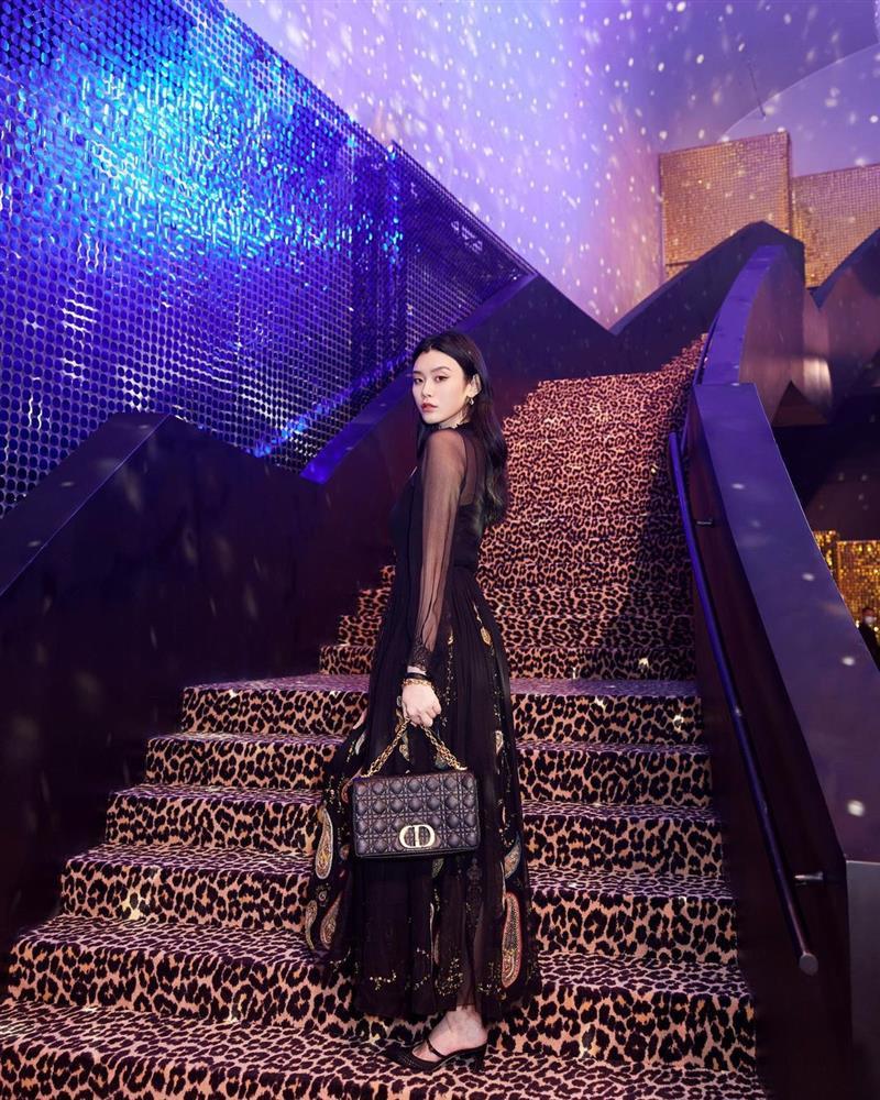 Dự show Dior, Ngô Cẩn Ngôn lấn át từ con dâu sòng bài Macau tới Chương Tử Di nhờ mái tóc ngắn kiêu kỳ và style thăng hạng-9