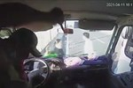 Xe tải chở hàng trăm bình thuốc diệt côn trùng phát nổ trên đường-1