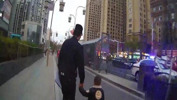 Cậu bé 3 tuổi đi thơ thẩn trên đường, cảnh sát chạy lại hỏi chuyện thì ngỡ ngàng: Lần đầu tiên gặp phải 1 đứa trẻ lạ lùng như thế!-1