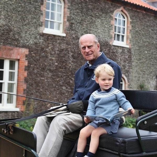 Hoàng tử William và em trai Harry cùng lên tiếng trước sự ra đi của ông nội – cố Hoàng thân Philip trong chia sẻ đầy xúc động-1