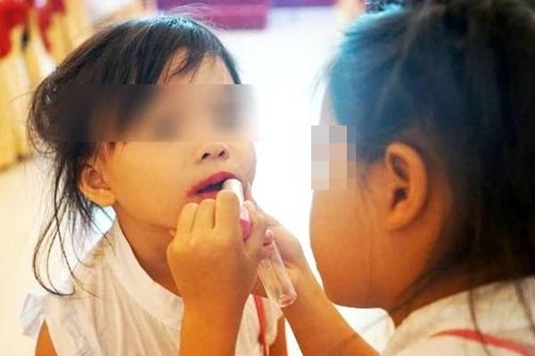 Cho trẻ đánh phấn son, sơn móng tay: Nguy cơ rối loạn nội tiết, dậy thì sớm, thậm chí là ung thư-1