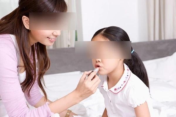 Cho trẻ đánh phấn son, sơn móng tay: Nguy cơ rối loạn nội tiết, dậy thì sớm, thậm chí là ung thư-4