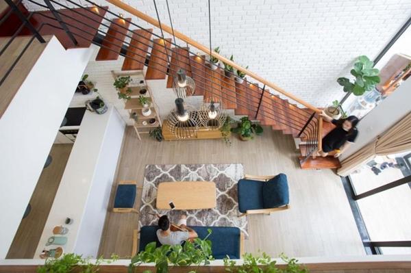 Căn nhà ống 2 tầng tràn ngập ánh sáng, khoảng vườn xanh mát giữa nhà khiến ai cũng mê mẩn-2