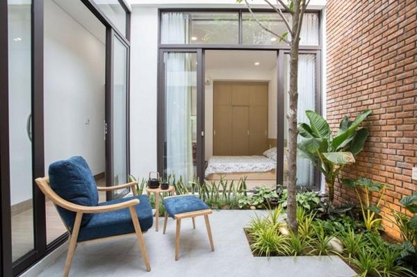 Căn nhà ống 2 tầng tràn ngập ánh sáng, khoảng vườn xanh mát giữa nhà khiến ai cũng mê mẩn-5