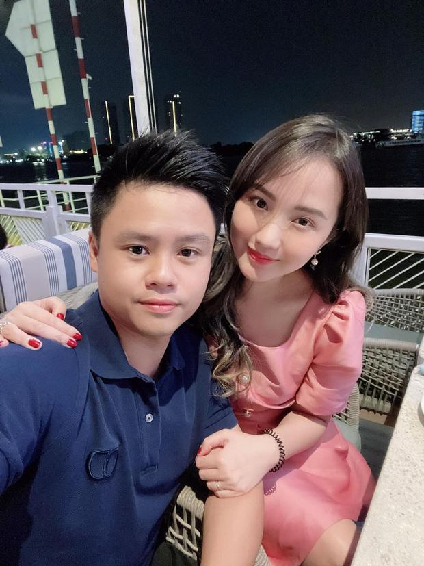 Phu nhân Tổng giám đốc Phan Thành đi chơi mảnh với hội chị em nhưng vòng tay sao cứ che bụng thế kia!-1