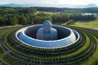 Tượng Phật ngồi nặng 1.500 tấn giữa đồi hoa oải hương