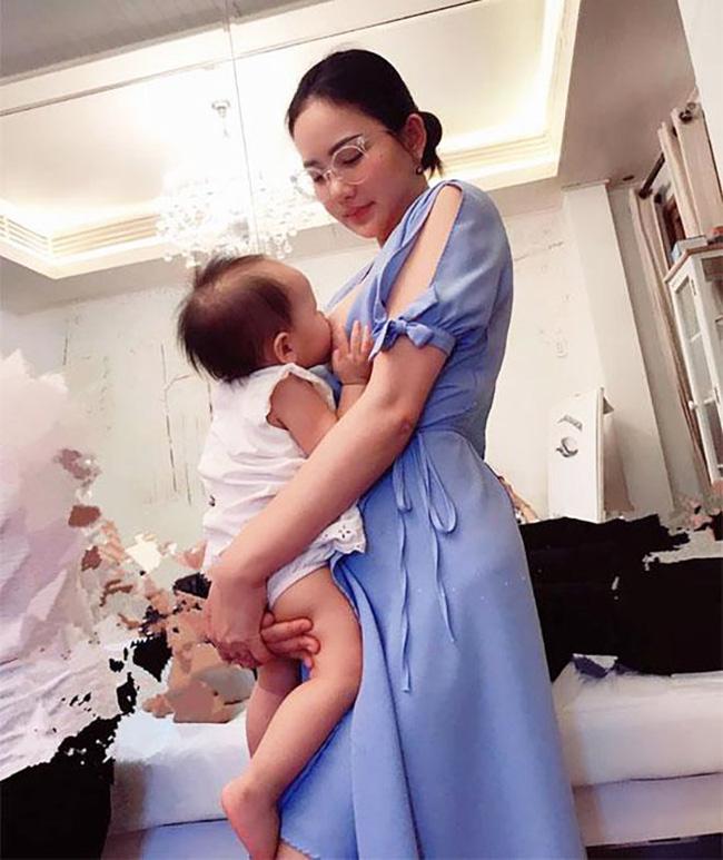 Sao Việt khoe ảnh cho con bú: Hòa Minzy nhìn rõ khổ, Huyền Baby thần thái ngút trời, Lan Phương gây choáng nhẹ vì ngực đẹp-2